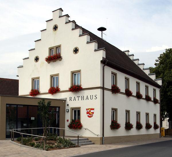 7354_Rathaus_Giebelseite_Eingangsbereich_Quadratformat